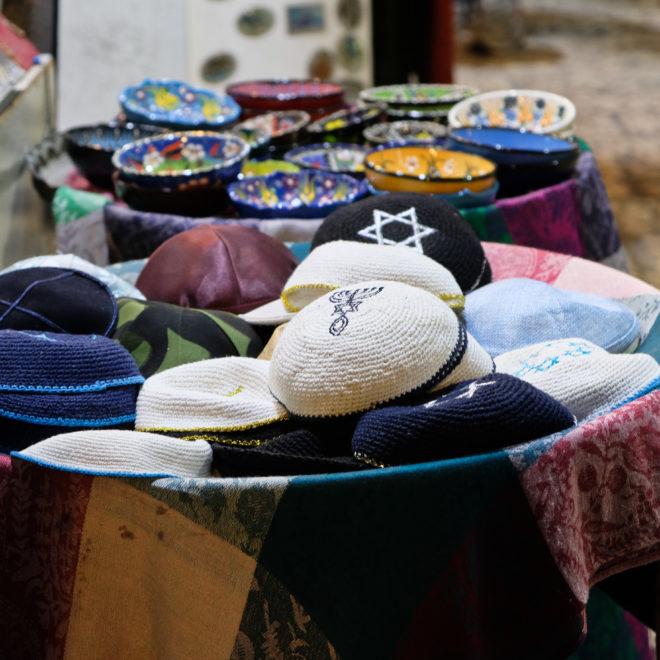 Stánek s jarmulkami v Jeruzalémě