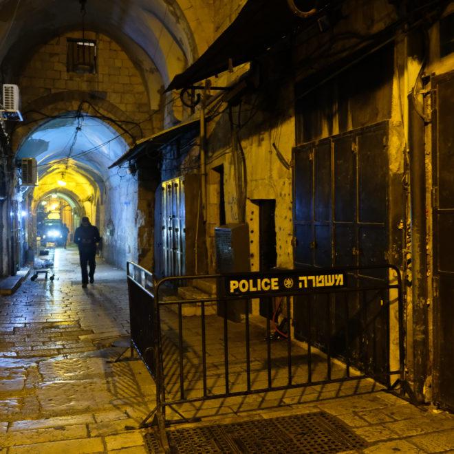 Opuštěné uličky večerního Jeruzaléma