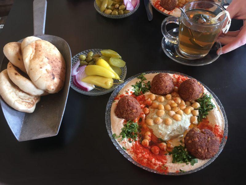hummus s falafelem