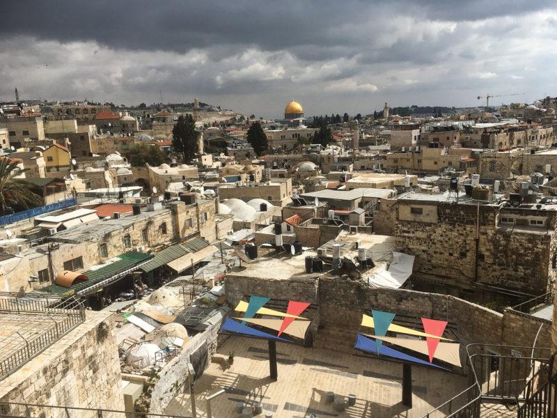 Starý Jeruzalém z hradeb, v pozadí Skalní Dóm