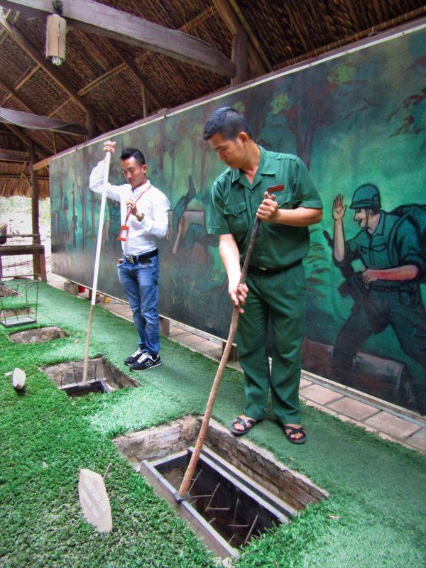 Názorná ukázka důmyslných pastí v Cu Chi.