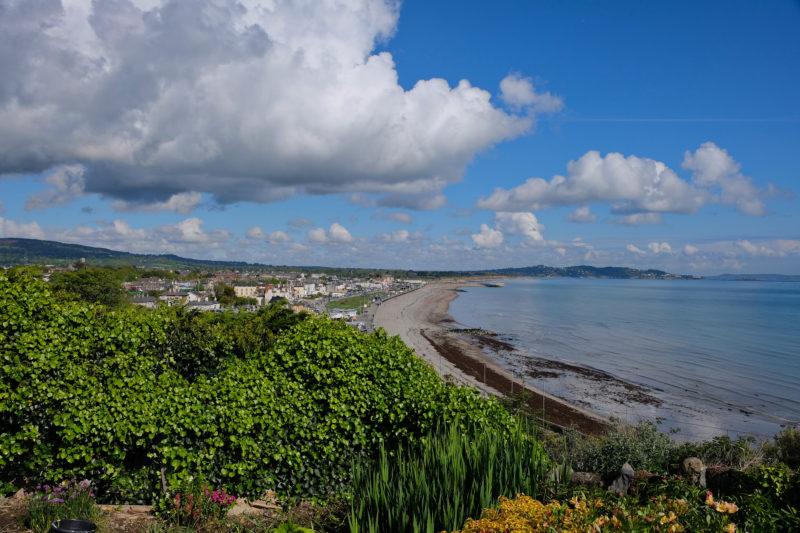 Vlevo město Bray, vpravo Irské moře, v pozadí pohoří Dublin Mountains
