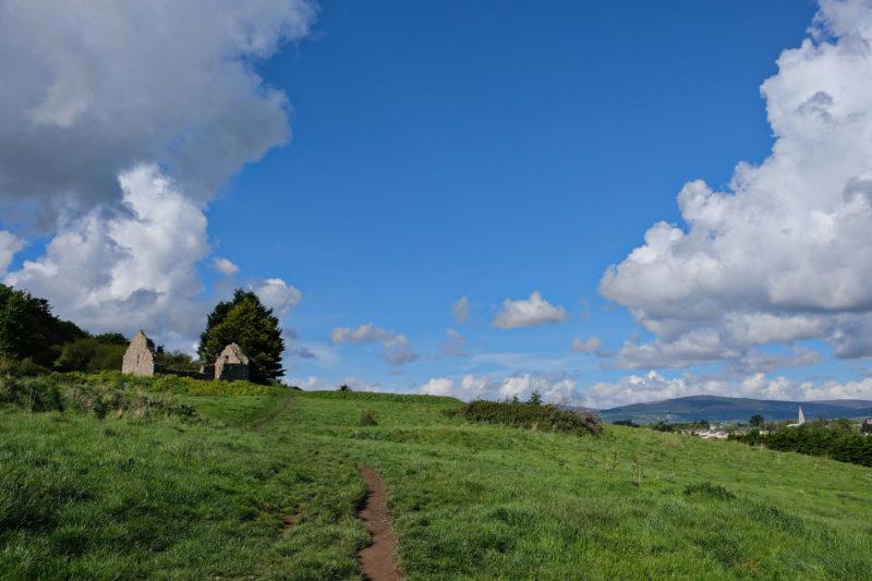 Při výstupu na Bray Head (vlevo zřícenina kostelíka)