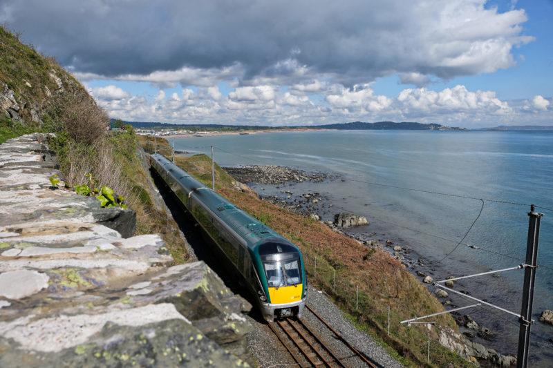 Nejen trail, ale i trasa vlaku vede podél pobřeží