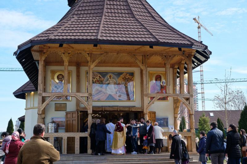 Kostelík Paraclisui catedralei māntuirii neamului (za kostelem jsou vidět jeřáby ze stavby národní katedrály)